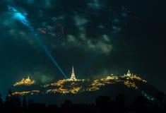 Manifestazione dei fuochi d'artificio alla notte con la priorità alta della pagoda Immagine Stock