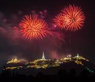Manifestazione dei fuochi d'artificio alla notte con la priorità alta della pagoda Fotografia Stock