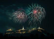 Manifestazione dei fuochi d'artificio alla notte con la priorità alta della pagoda Fotografie Stock Libere da Diritti