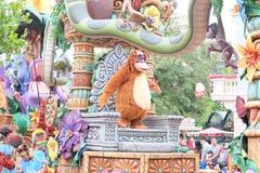 Manifestazione dei personaggi dei cartoni animati famosi di Walt Disney in una parata a Hong Kong Disneyland Fotografia Stock Libera da Diritti