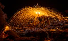 Manifestazione del fuoco che stupisce alla notte Fotografia Stock Libera da Diritti