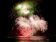 Manifestazione del fuoco d'artificio dal pilastro del ` s di Forte dei Marmi che riflette nel wat Fotografia Stock