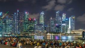 Manifestazione dell'acqua e della luce lungo passeggiata davanti al hyperlapse del timelapse di Marina Bay Sands stock footage