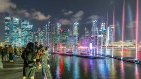 Manifestazione dell'acqua e della luce lungo passeggiata davanti al timelapse di Marina Bay Sands video d archivio