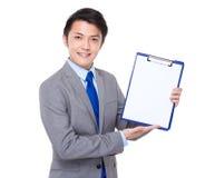 Manifestazione dell'uomo d'affari con Libro Bianco sulla lavagna per appunti Fotografia Stock
