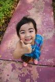 Manifestazione della bambina come la mano del segno sulla strada Fotografie Stock Libere da Diritti