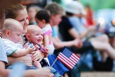 Manifestazione della bandiera americana sul quarta della parata di luglio Fotografia Stock Libera da Diritti