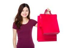 Manifestazione della donna con il sacchetto della spesa Immagine Stock Libera da Diritti