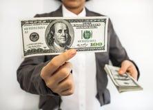 Manifestazione della donna di affari i soldi (U.S.Dollars) Immagini Stock Libere da Diritti