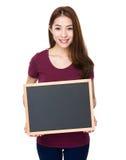 Manifestazione della giovane donna con la lavagna Fotografia Stock