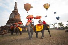 Manifestazione della mongolfiera sul tempio antico nel festival internazionale 2009 del pallone della Tailandia Fotografia Stock