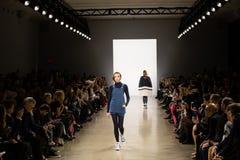 Manifestazione della pista di Zang Toi FW19 come componente là del New York Fashion Week fotografie stock