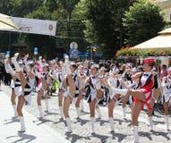 Manifestazione delle ragazze pon pon sulla via pedonale Fotografia Stock Libera da Diritti