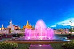 Manifestazione di ballo della fontana davanti al tempio di Emerald Buddha a Bangkok Fotografia Stock
