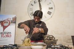 Manifestazione di bibolotti di Almo che cucina con gli spaghetti Fotografia Stock Libera da Diritti
