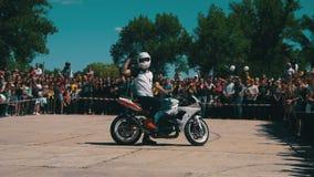Manifestazione di Moto di acrobazia Moto Rider Rides sulla ruota posteriore Parata e manifestazione dei motociclisti Movimento le video d archivio