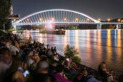Manifestazione di multimedia acqua ballante del laser su Danubio a Bratislava, Slovacchia Fotografia Stock