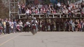 Manifestazione fresca alla grande piazza Grandi acrobazie del campo da giuoco e di Moto dell'asfalto su  video d archivio