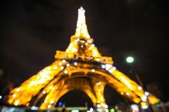 Manifestazione leggera di prestazione della torre Eiffel nella penombra Immagine Stock