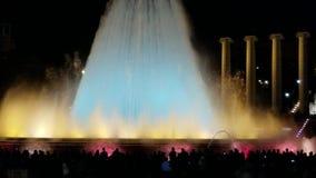 Manifestazione magica di notte della fontana - un definito deve se visitate Barcellona stock footage