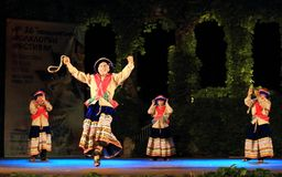 Manifestazione peruviana spettacolare del gruppo di ballo di folclore Fotografie Stock