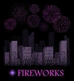 Manifestazione porpora del fuoco d'artificio sul fondo del paesaggio della città di notte illustrazione vettoriale