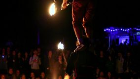 Manifestazione variopinta del fuoco con gli esecutori di talento ad un festival all'aperto della famiglia stock footage