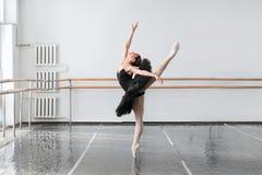 Manifestazioni del ballerino di balletto di abilità che allungano nella classe Immagine Stock Libera da Diritti