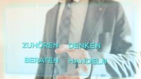 Manifestazioni dell'uomo di affari come il servizio di assistenza al cliente lavora stock footage