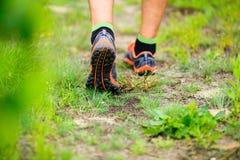 Manifestazioni di sport che eseguono camminata sulla traccia Immagini Stock