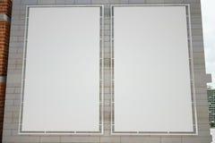 Manifesti bianchi in bianco sul muro di mattoni grigio Fotografia Stock Libera da Diritti