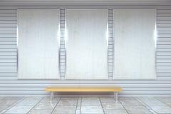 Manifesti bianchi in bianco sulla parete in sottopassaggio vuoto con benc di legno Fotografia Stock