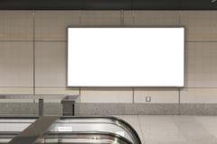 Manifesti in bianco del tabellone per le affissioni nella stazione della metropolitana per annunciare immagine stock