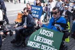 ManifestMarcha pela Vida Independente marschen av r?relsehindrat folk som beg?r ?verensst?mmelse med r?tter royaltyfri fotografi