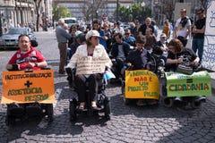 ManifestMarcha pela Vida Independente marschen av r?relsehindrat folk som beg?r ?verensst?mmelse med r?tter royaltyfria foton