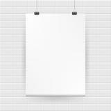 Manifesto bianco in bianco che appende sul muro di mattoni Vettore Fotografie Stock
