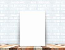 Manifesto bianco in bianco che pende al piano d'appoggio di legno tropicale con bianco Immagine Stock
