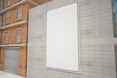 Manifesto bianco in bianco sul muro di mattoni grigio sulla via della città, u falsa Fotografie Stock Libere da Diritti