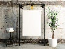Manifesto in bianco che appende sull'industriale del tubo con fondo concreto Immagini Stock