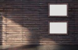 Manifesto bianco nella derisione della struttura di legno su fotografia stock