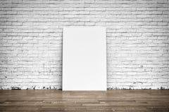 Manifesto bianco sul pavimento di legno e del muro di mattoni Immagini Stock