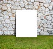 Manifesto che sta con la parete di pietra ed il campo verde Fotografie Stock