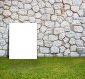 Manifesto che sta con la parete di pietra ed il campo verde Fotografia Stock Libera da Diritti