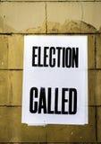 Manifesto con l'elezione di parole chiamata in testo in grassetto incollato sul muro di mattoni giallo macchiato sporco fotografie stock