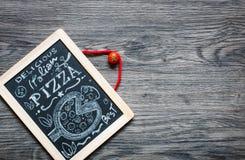 Manifesto con l'iscrizione stilizzata del gesso della pizza Immagini Stock