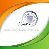 Manifesto con le linee curve astratte di colori della bandiera nazionale dell'India e del nome dell'estratto dell'India del paese illustrazione vettoriale