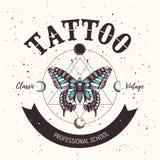 Manifesto della scuola del tatuaggio Insegna con il tatuaggio mistico della farfalla e la luna orbitante stile della geometria illustrazione vettoriale