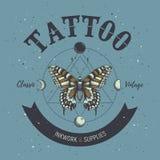Manifesto dello studio del tatuaggio Classico e tatuaggio d'annata Farfalla, simboli astrologici, fasi di luna e la geometria sac illustrazione vettoriale