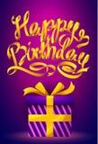 Manifesto di buon compleanno - iscrizione del nastro dell'oro e contenitore di regalo su fondo porpora Fotografia Stock