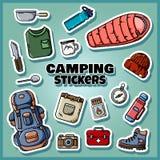 Manifesto di campeggio dell'insieme degli autoadesivi Raccolta delle etichette piane di stile illustrazione di stock